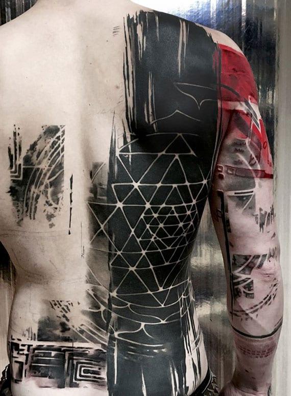 coole rücken tattoo idee für männer aus solid black tattoo mit geometrischen figuren und rotem akzent