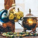 individuelle und ausgefallenen dekoidee mit plastikkugel, Ketten aus Mineralen, tannenzapfen, treibholz und teekessel antik