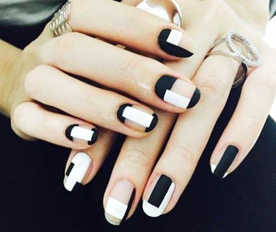 coole maniküre idee mit geometrischen motiven mit nagellack weiß, schwarz und transparent