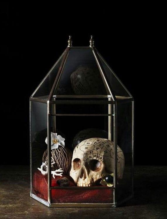 stilvolle halloween dekoration mit schädel im glas