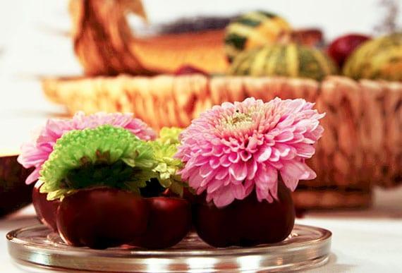 coole bastelidee mit kastanien für kleine diy blumenvasen und eine attraktive tischdeko mit herbstblumen