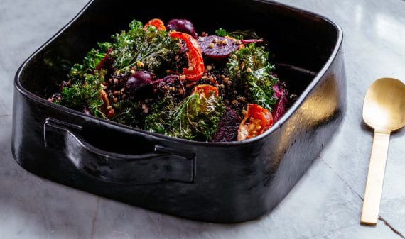 coole rezeptidee für leckeren salat mit fritiertem kohl,pflaumen-tomaten,rote bete und schwaruer quinoa