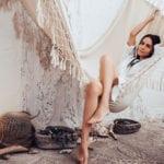 coole bohemian chic einrichtung mit macrame hängematte und natürliche zimmerdeko mit treibholz, diy windlichter glas, rattantepich und kaktus in weidenkorb