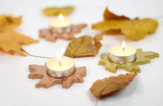 diy teelichthalter in form von herbstblättern für attraktive und stilvolle herbstliche tischdeko