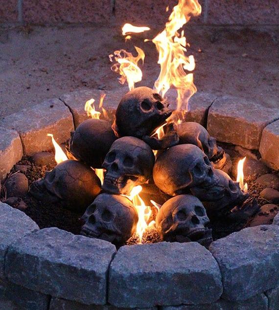 kamin zu halloween gruselig dekorieren mit schädel-brennholz aus keramik