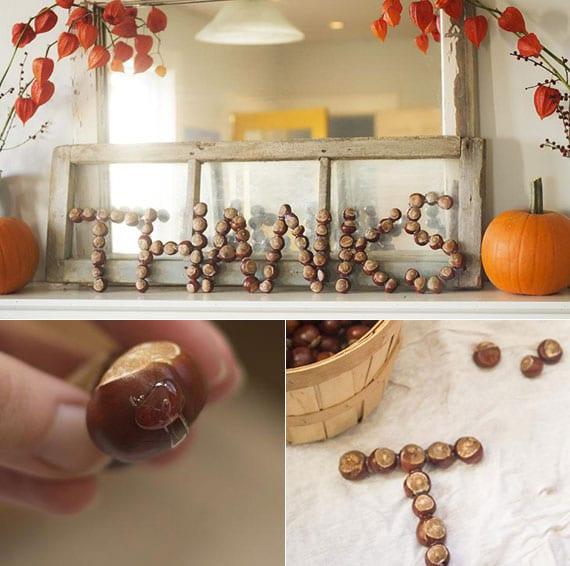 kreative bastelidee für diy wanddeko und kamindeko mit kastanien-buchstaben,spiegel in altem holzrahmen weiß, orangen kürbissen und blasenkirschen in vasen