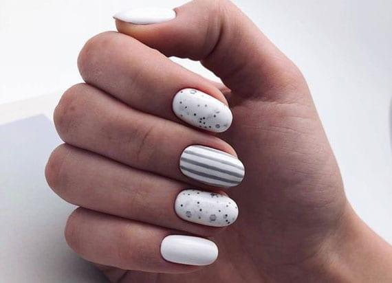 attraktive inspiration für schlichtes nageldesign weiß mit graunen linien und polka dot design