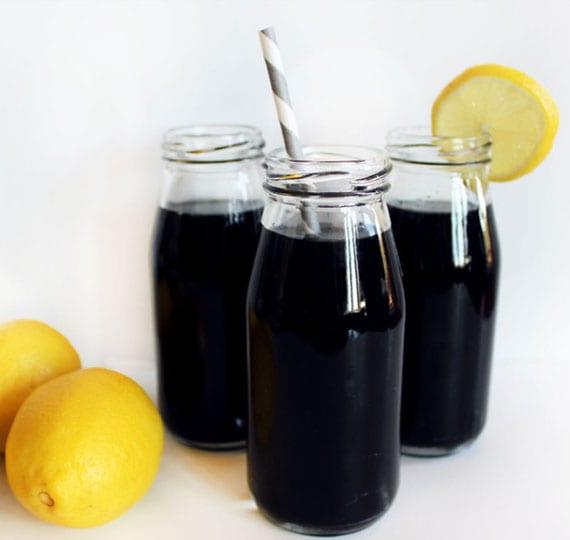 schwarze limonade selber machen mit aktivkole, zitronensaft und agavennektar
