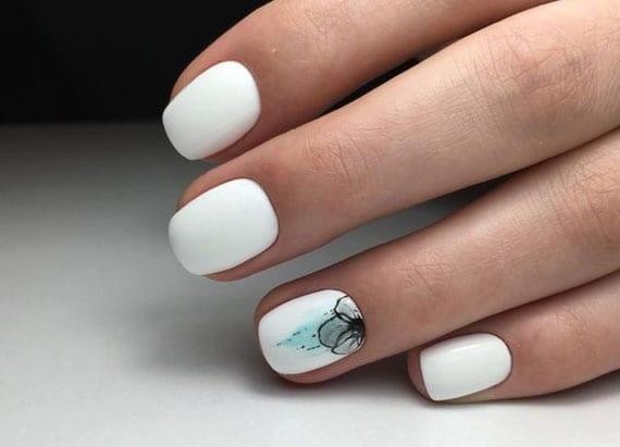kurze fingelnägel weiß lackieren und mit blumenmotiv in schwarz und blau dekorieren