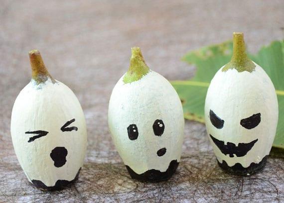 kleine halloween-geister aus eukalyptus-früchten basteln mit kindern im herbst