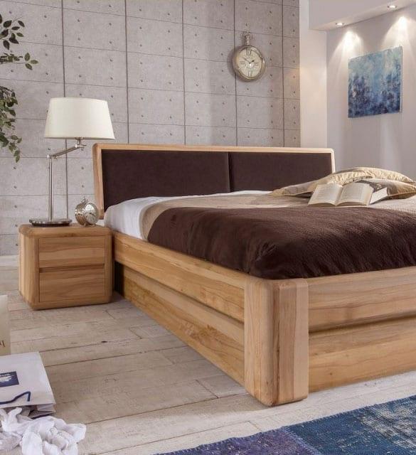 schöne schlafzimmer ideen für attraltive und moderne schlafzimmergestaltung mit parkettboden, akzentwand aus betonplatten, holzbett mit nachttischen aus buche, moderner nachttischlampe weiß, teppich blau, bettdecke und stoffkopfteil braun