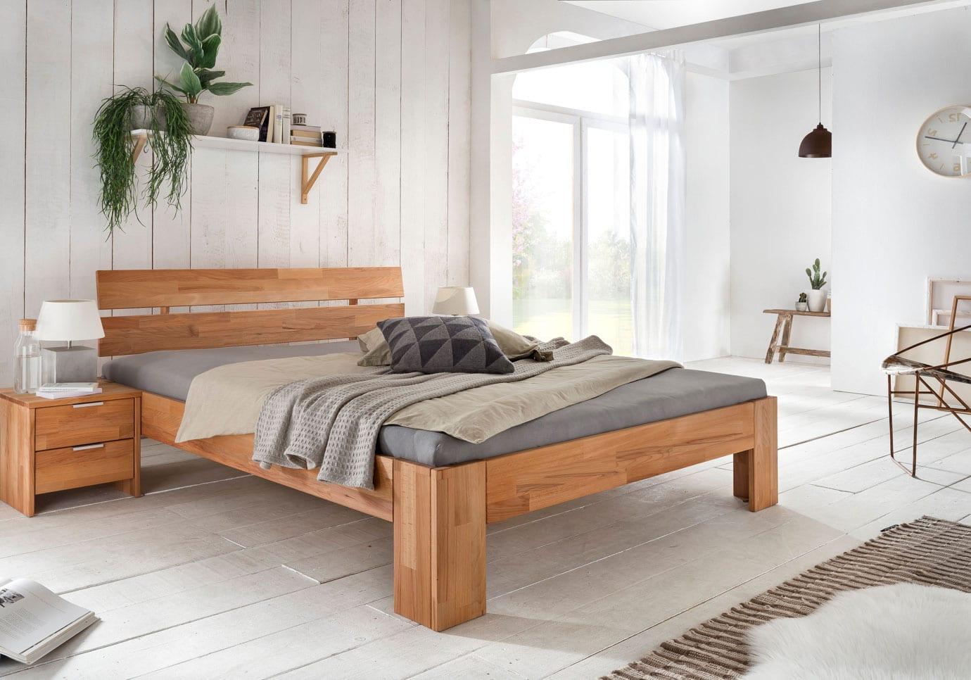 attraktive schlafzimmgestaltung im rustikalen stil mit weißem holzboden, holzwandverkleidung weiß,schlafzimmer-set aus holz, wandregal mit pflanzen und büchern, pendellampe schwarz, fenstertür mit bogenfester und gardine weiß