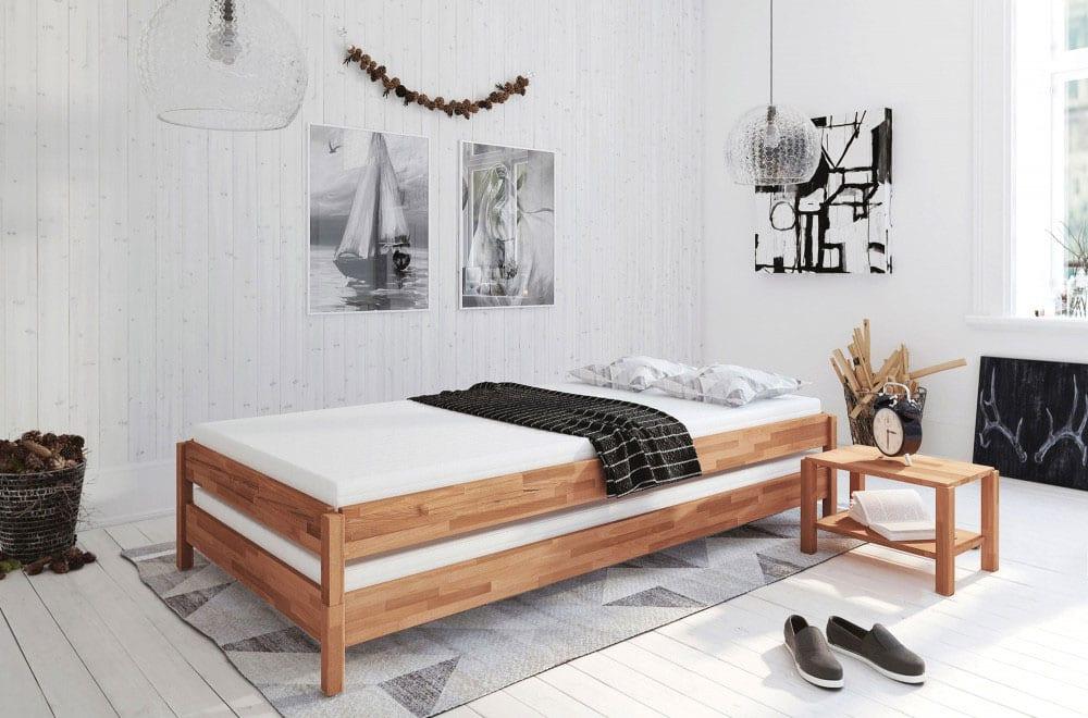 kleines schlafzimmer einrichtenmit holzstapelbett, grauem teppich mit dreieck-muster auf holzboden weiß, glasklaren kugel-pendellampen, rustikaler zimmerdeko mit zapfen, moderner wanddeko mit schwarzweißen bildern
