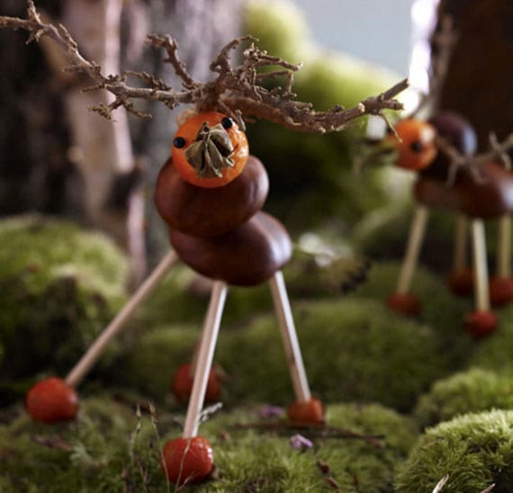 hirsch selber basteln aus kastanien, holzstäben und orangen beeren als coole tisch herbstdeko idee