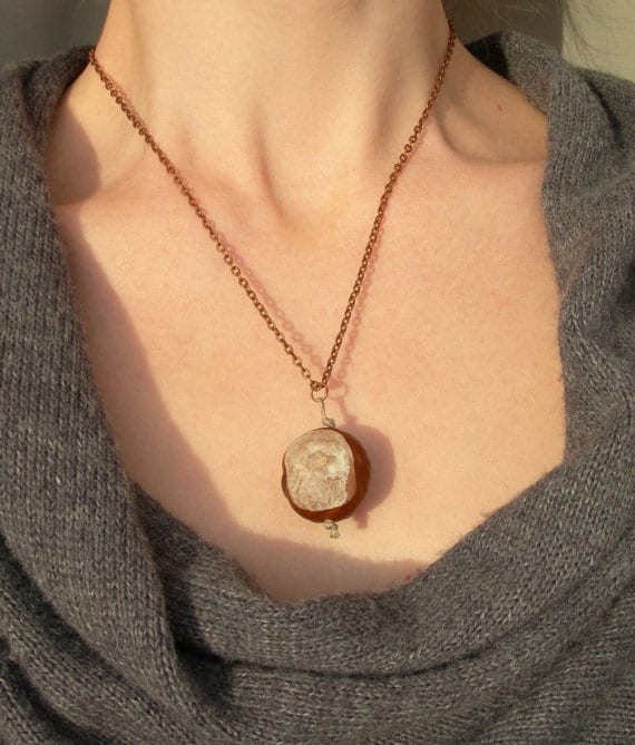 coole bastelidee für diy halskette mit kastanie-anhänger als originelle geschenkidee für frauen