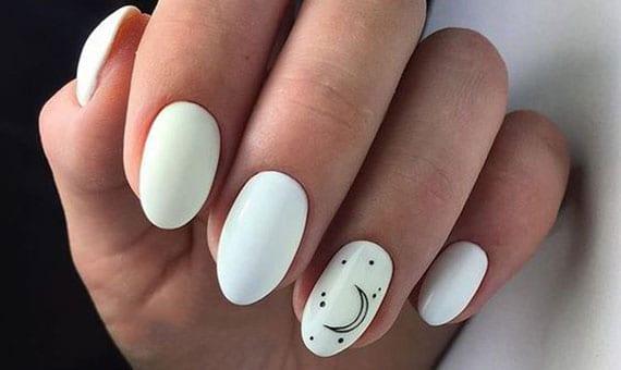 coole ideen für schöne weiße nägel mit dezentem mond-motiv für ovale und mitellange maniküre