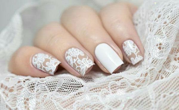 stilvolle maniküre weiß mit spitze-nagel aufkleber als idee für winter- und hochzeitsmaniküre