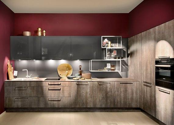 moderne und gemütliche küchengestaltung mit holz-küchenfronten, schwarzen geräten, küchenschränke in glanz, metallwandregalen weiß und wandfarbe bordeaux