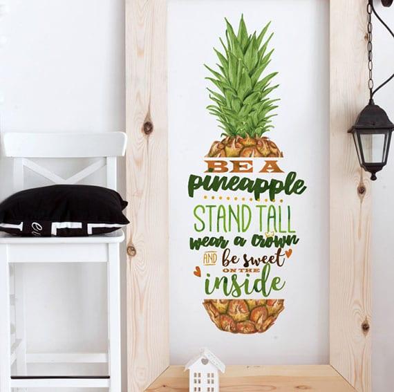 originelle wandgestaltung mit buntem Ananas-Wandtattoo in holzrahmen und schwarze pendellampe laterne