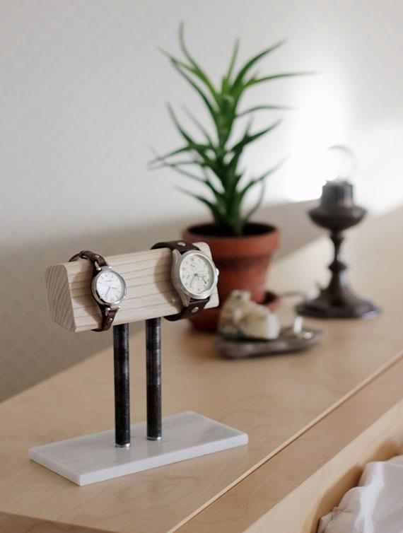 uhrenständer aus holz, keramikfliese und rundrohren selber machen als coole geschenkidee für DIY geschenk für sie und ihn