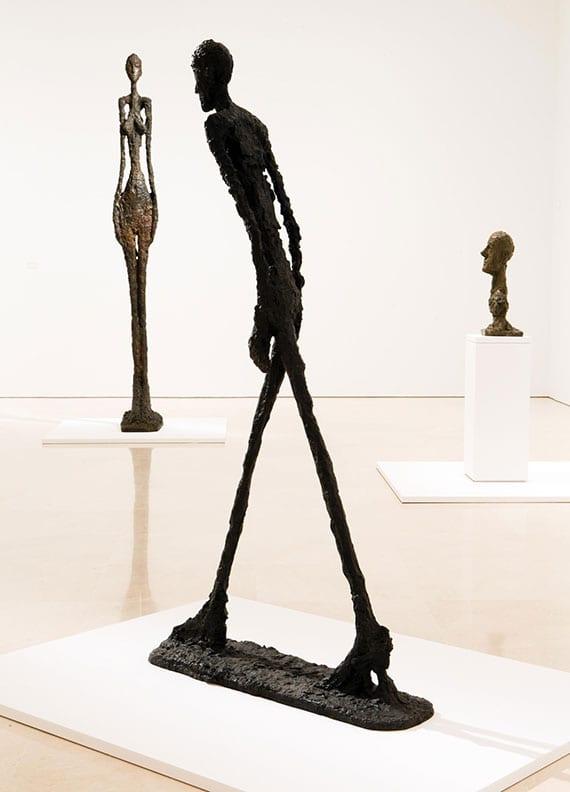 moderne raumdekoration mit wertvollen menlichen sculpturen bekannter künstler