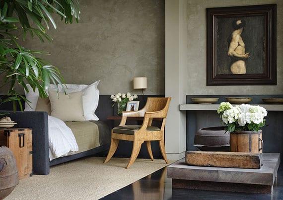 stilvolle gestaltungsidee für schlafzimmereinrichtung mit blauem bett, klassischem holzstuhl, rustikaler raumdekoration mit gegenständen aus holz und metall, gemälde als wanddeko und beistelltisch aus naturstein