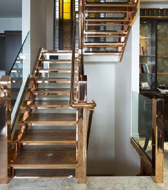 luxuriöses interiuer design mit kupfer-innentreppe zwischen küche und wohnzimmer