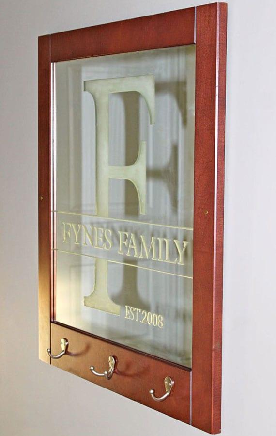 toole bastelidee für originelle DIY Garderobenleiste aus Spiegel im Holzrahmen als coole Flurdeko und kreatives DIY Geschenk für Freunde und Familie