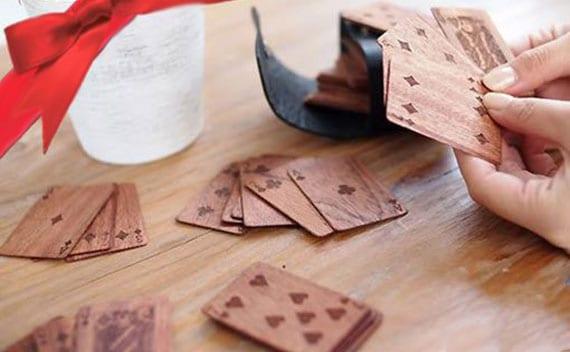 spielkarten aus holz als coole geschenkidee für kartenspieler