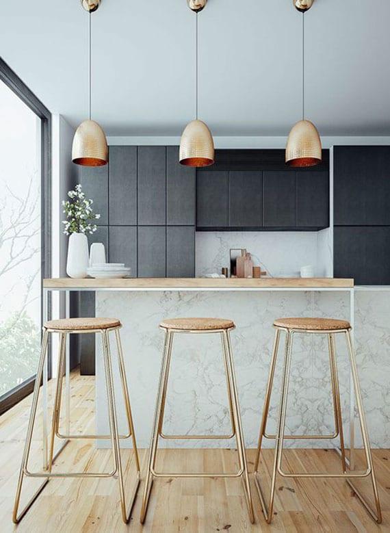 trendküche schwarz mit panoramafenster, kücheninsel in marmot-optik weiß mit Holztheke und runden barhockern aus metall und holz, kupfer-pendellampen und natürlichem holzboden