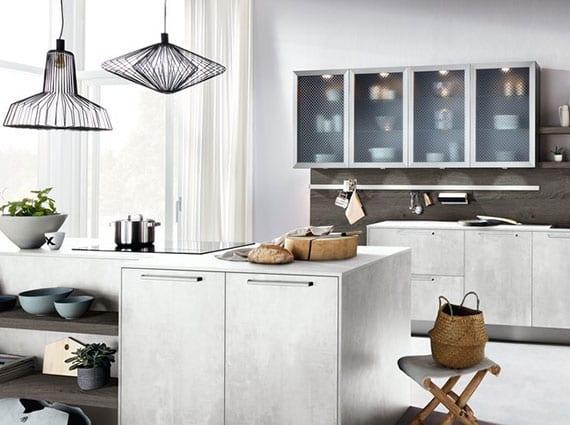 attraktive küchengestaltung im industriellen stil mit betonküche in kombination mit holz und modernen lampenschirmen aus schwarzem draht