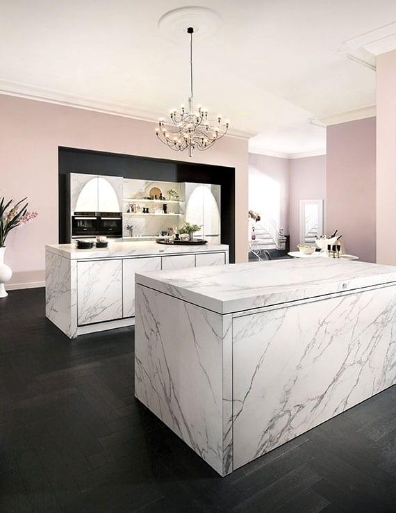 tolle inspirationen aus der küchenwelt für moderne trendküche weiß mit 2 kochinseln aus weißem marmor auf parketboden schwarz und mit wandfarbe rose