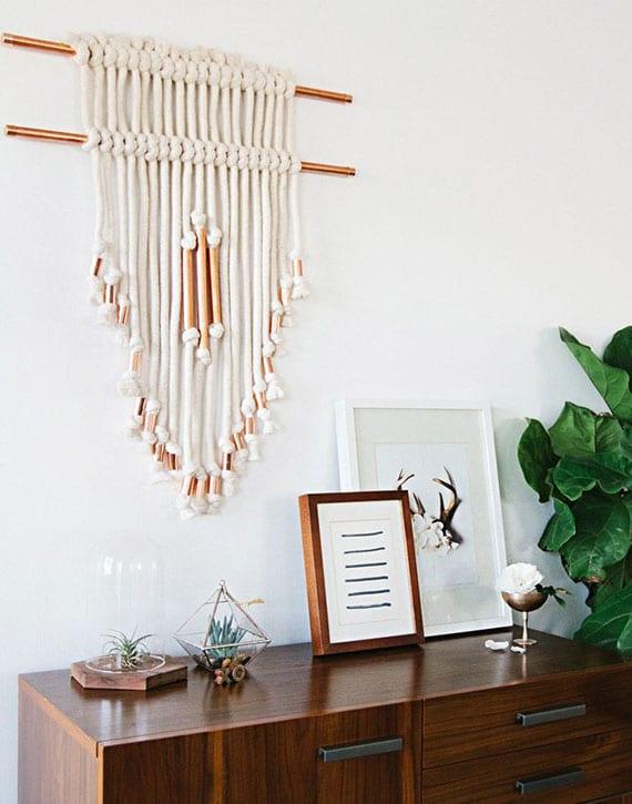 wand effektvoll dekorieren mit diy Makramee aus weißem garn und kupferrohren
