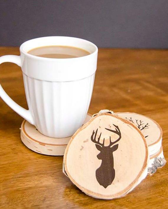 einfache bastelidee für DIY Holzuntersetzer mit Motiven als coole geschenkidee zu Weihnachten