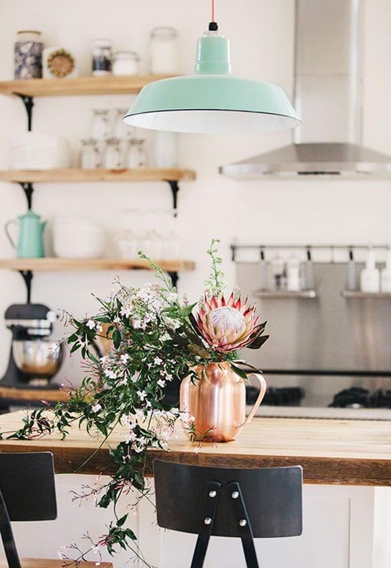 coole dekoidee für rustikale küche in weiß, schwarz und holz mit blumenstrauß in kupfervase