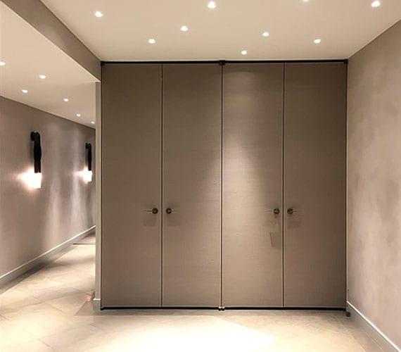 lichtgestaltung im flur vom luxuriösen Apartment mit designer wandleuchten schwarz und einbaudeckenleuchten für angenehme beleuchtung im eingangsbereich mit einbaukleideschrank
