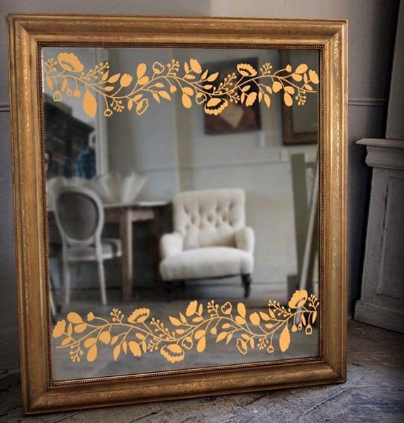 originelle gestaltungsideen für wand mit DIY Wandspiegel in goldenem Spiegelrahmen und mit goldenem Blumen-Aufkleber