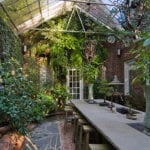 attraktive ideen für gestaltung einer gartenoase im gartenhaus mit glasdach, beton esstisch mit waschbecken, wasser-akzenten und unterschiedlichen pflanzensorten