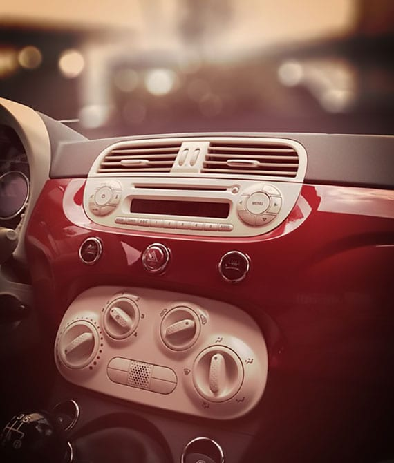 ein klimatisiertes auto mit schicken interieur in rot und weiß