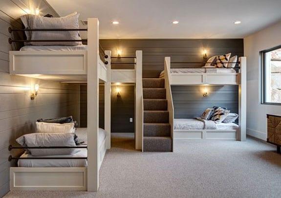 platsparende kinderzimmer einrichtung mit etagenbetten für vier kinder im zimmer