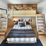 originelle einrichtungsidee für kleines und modernes kinderzimmer mit kinderhochbett, bücherregal und zwei treppen aus holz über kingbett