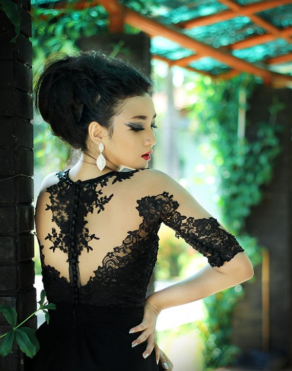 aufregendes ballkleid in schwarz mit schwarzer spitze am rücken