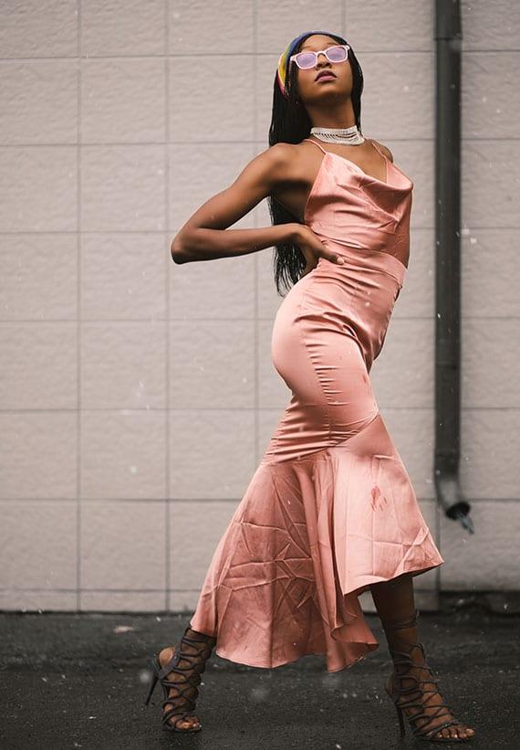 schickes kleid in rosa mit V-Rückenausschnitt und Wasserfallausschnitt