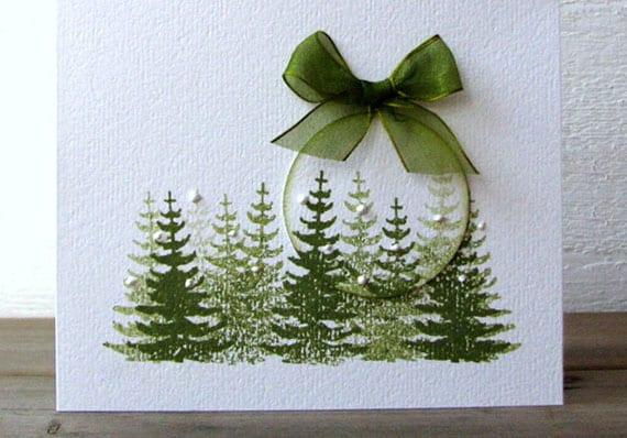 coole bastelidee für einfache weihnachtskarten mit grünen christbaum-abdrücken, metallring und grüner schleife