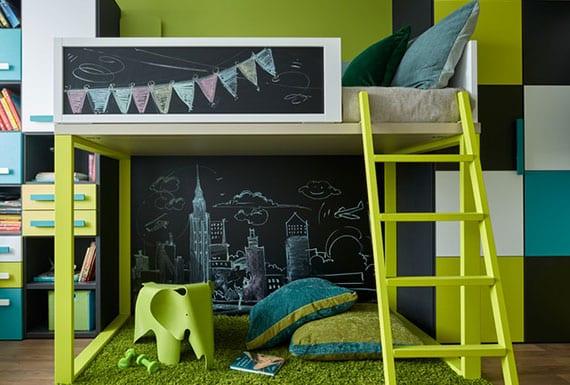 modernes kinderzimmer mit schwarzer kreidetafel und spielecke unter hochbett mit leiter in grün, wandregal und kleiderschrank in blau,weiß,schwarz und grün