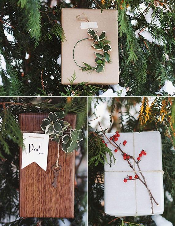 tolle verpackungsideen für weihnachtsgeschenke mit packpapier oder geschenkpapier mit holztextur und dekoration mit beerenzweigen und winterharten grünpflanzen
