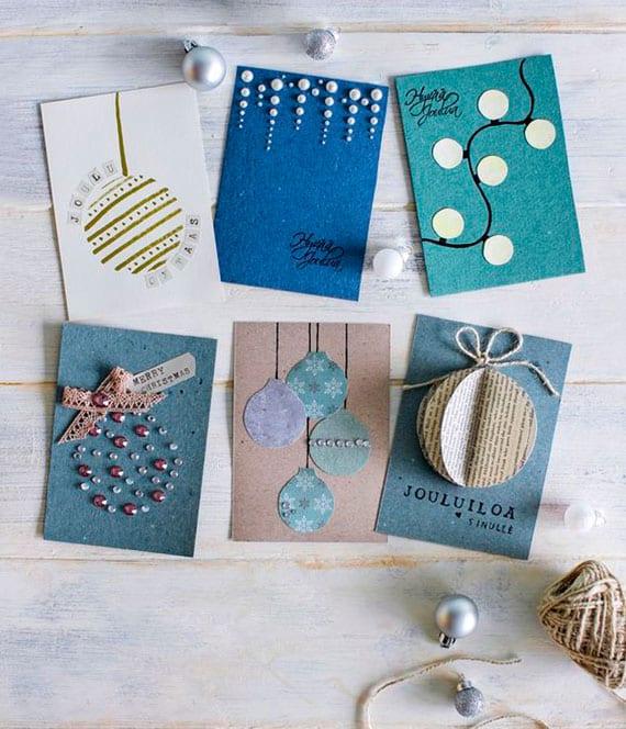 originelle und einfache weihnachtskarten basteln mit einem christbaumkugel-Motiv aus Geschenkpapier und dekosteinen