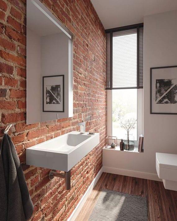 attraktive badezimmergestaltung mit ziegelwand, platzsparendem waschbecken,wand-wc und schmalem fenster mit moderner fensterbankdeko