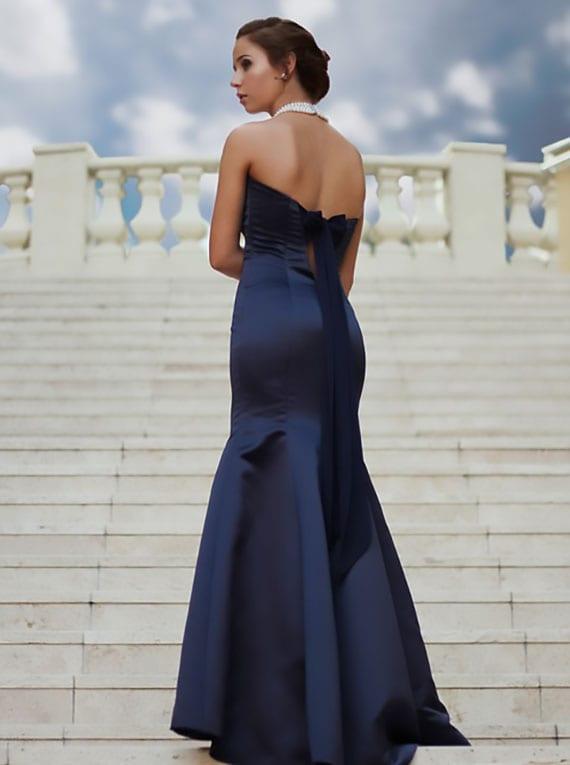 mit einem eleganten rückenfreien Ballkleid in dunkelblau ist Ihnen ein großer Auftritt garantiert