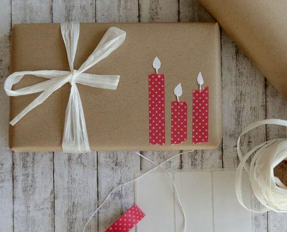 geschenkverpackung für geburtstag mit kerzen aus farbigem klebeband und papier
